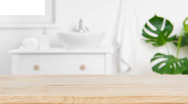 tabletop de madeira no fundo do banheiro do borrão, disposição visual chave do projeto - banheiro instalação doméstica - fotografias e filmes do acervo