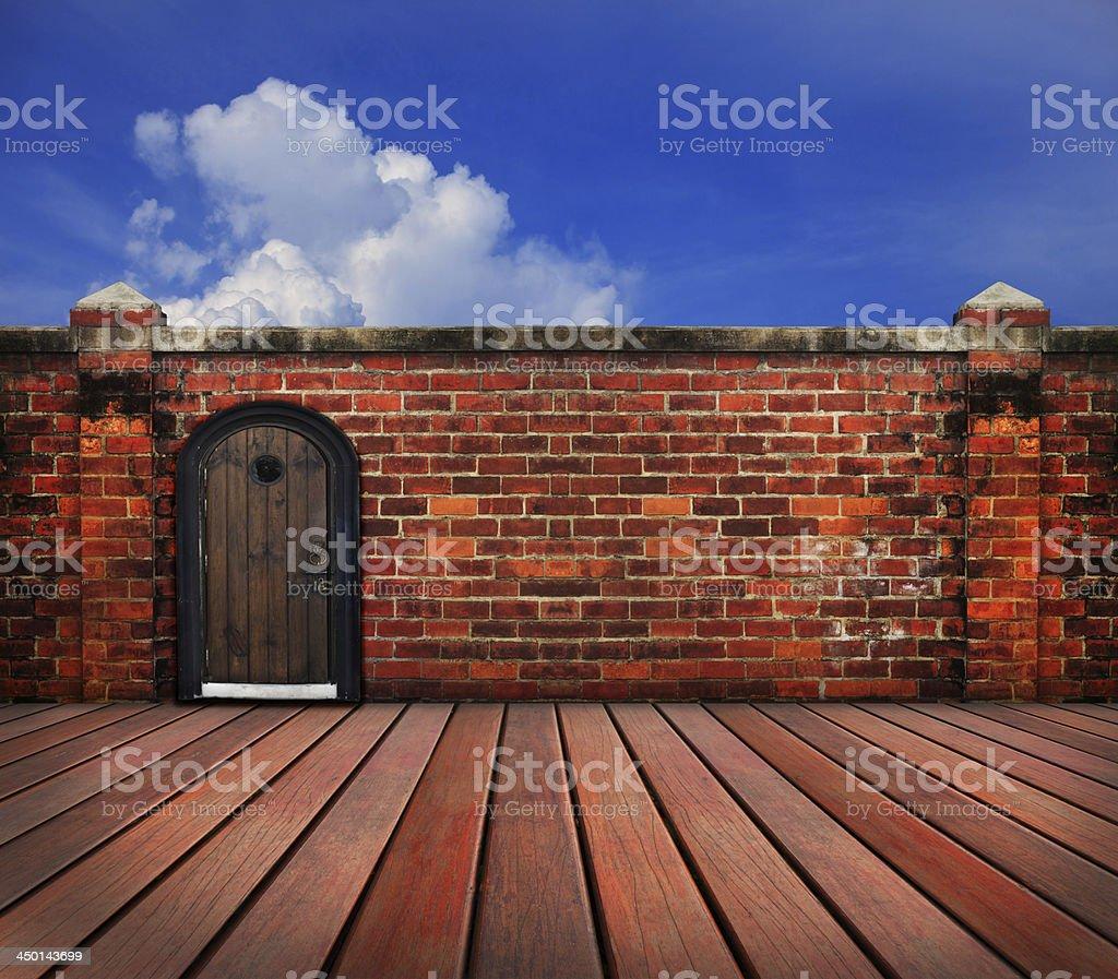 La Terraza De Madera Vieja Pared De Ladrillo Con Cielo Azul