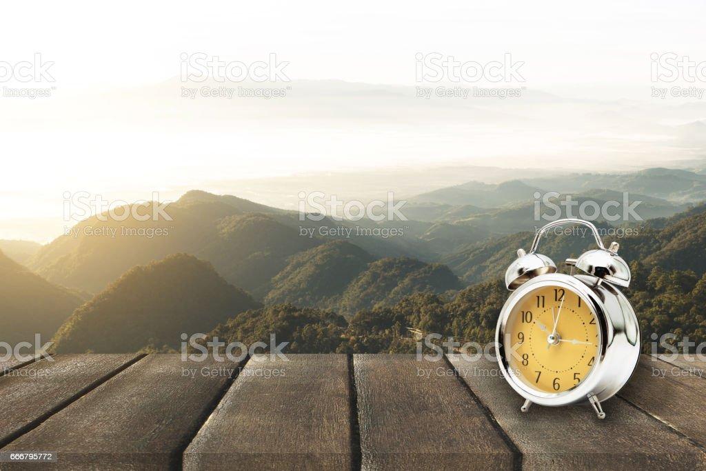 Terraza De Madera Y Reloj Vintage De Mañana Con Perspectiva