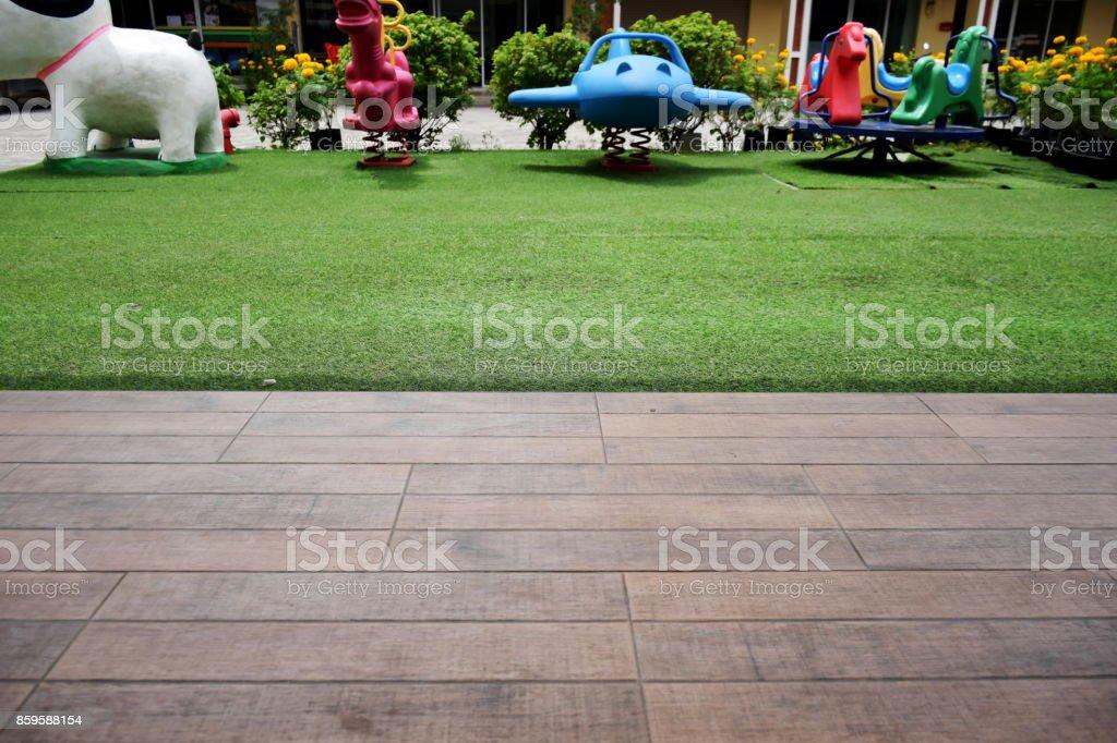 Terraza De Madera O Suelos Y Jardín De Césped Con Zona De