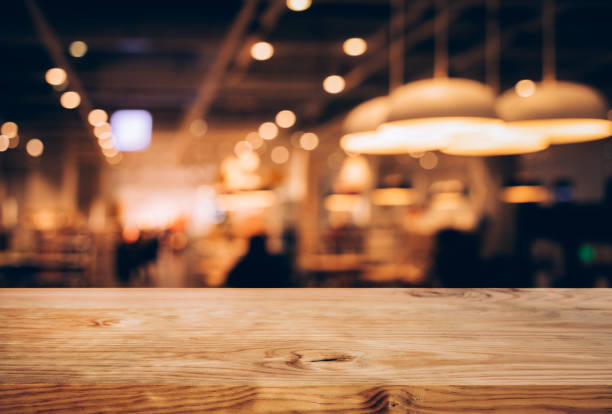 textura de madera tapa de tabla (contador bar) con desenfoque bokeh oro luz en café, fondo del restaurante. producto de montaje pantalla o diseño visual clave - restaurante fotografías e imágenes de stock