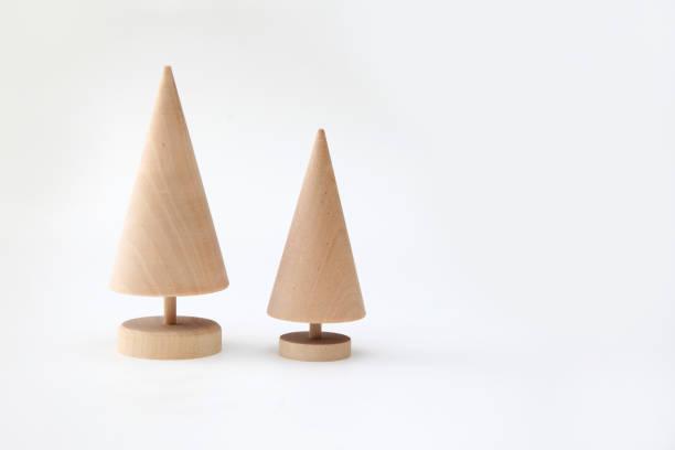wood bäumen isoliert auf weißem hintergrund - holzspielwaren stock-fotos und bilder