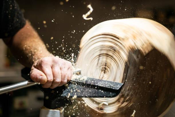 Holz arbeitet Hand Bearbeitungen Roating Holz mit Dreherei und Sägemehl, Späne fliegen – Foto