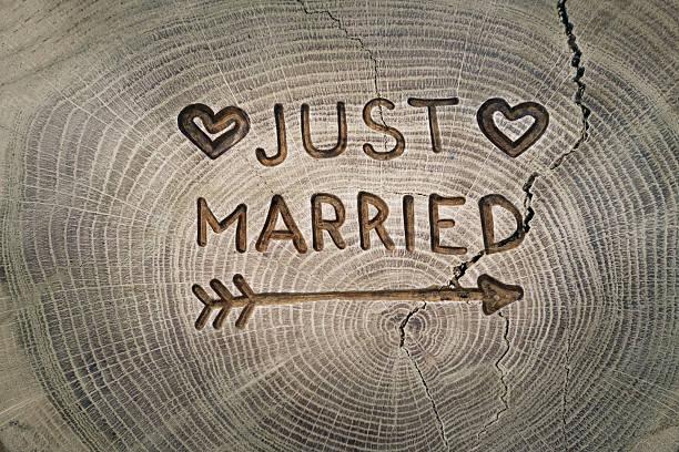 Holzschnitzerei. Brautpaar, Frisch verheiratet, Aufschrift auf der Hochzeit. Hintergrund – Foto