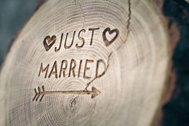 woodcarving. newlyweds, just married, inscription on the wedding. background - pas getrouwd stockfoto's en -beelden