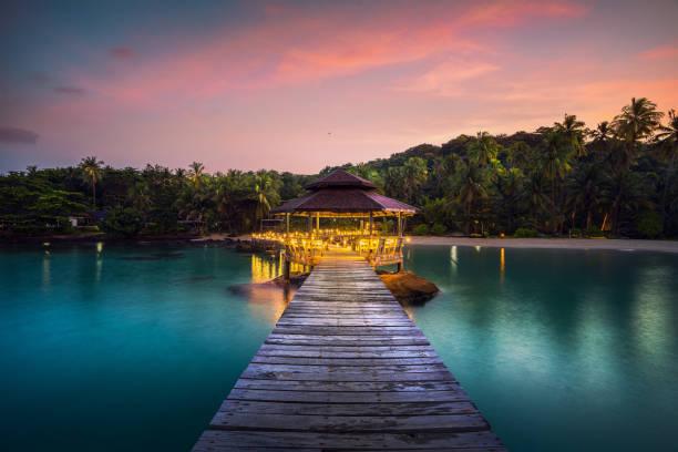 ponte arborizada e pavolion em koh kood em trad - beach in thailand - fotografias e filmes do acervo