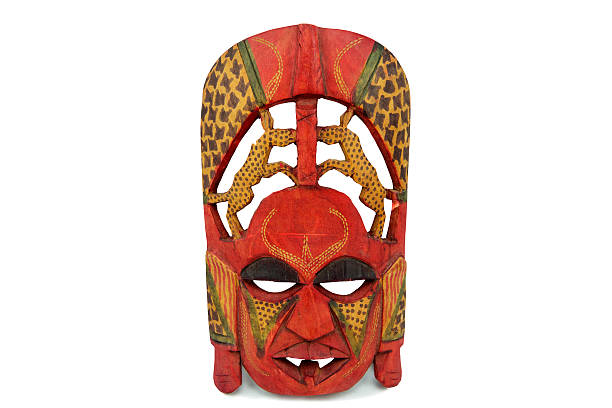 hölzerne afrikanische maske isoliert auf weißem hintergrund - afrikanische masken stock-fotos und bilder