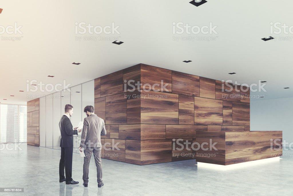 Aus Holz Und Glas Rezeption Lobby Seite Männer Stockfoto und ...