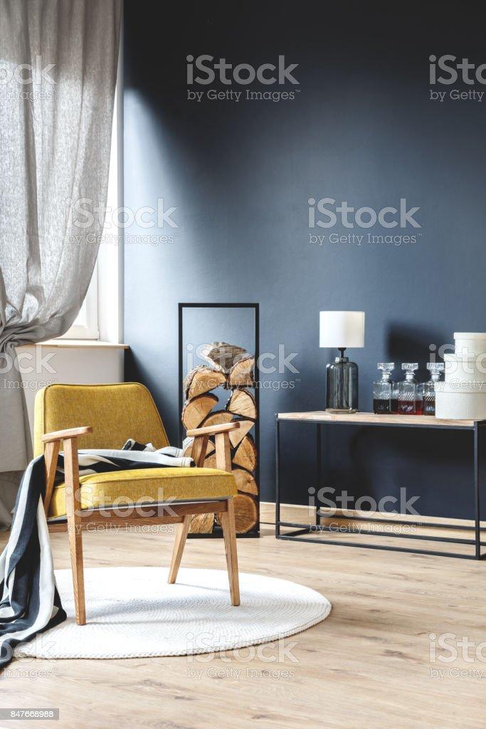 スタイリッシュな客室に木製の肘掛け椅子 ストックフォト