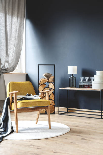 スタイリッシュな客室に木製の肘掛け椅子 - 田舎のライフスタイル ストックフォトと画像