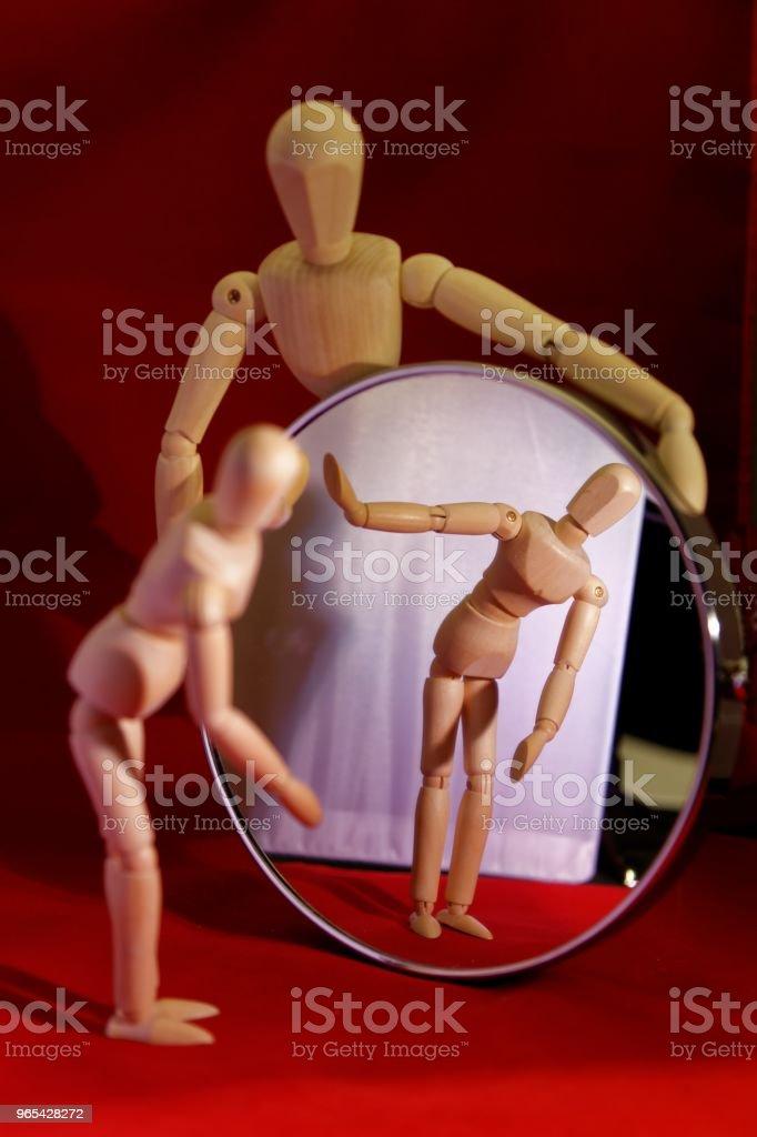 Mannequin en bois artiste tenant ש rond miroir, plus petit mannequin diriger la bonne position - Photo de Accessoire libre de droits