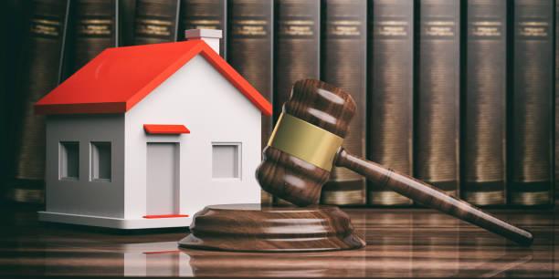 madera martillo subasta o juez, una pequeña casa y libros. ilustración 3d - embargo hipotecario fotografías e imágenes de stock