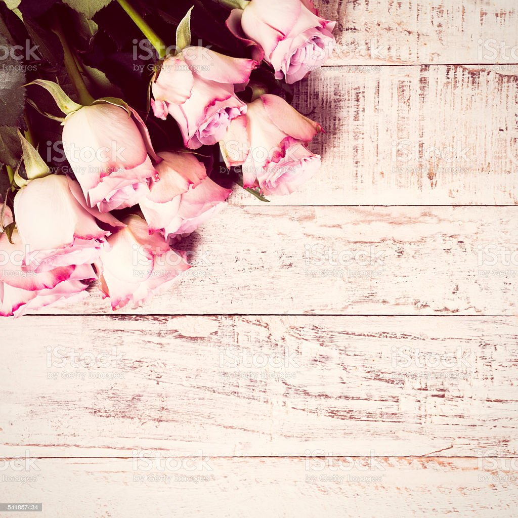 Wooden background with bouquet of pink roses стоковое фото