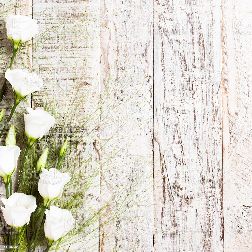 wooden background with bouquet of white flowers お祝いのストック