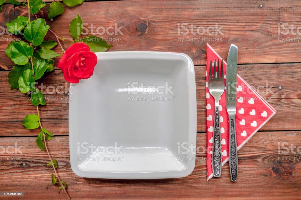 Fundo de madeira com composição floral e utensílios de mesa - foto de acervo