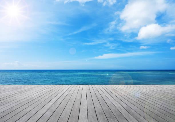 熱帯の海の横に木製のバルコニー - 桟橋 ストックフォトと画像
