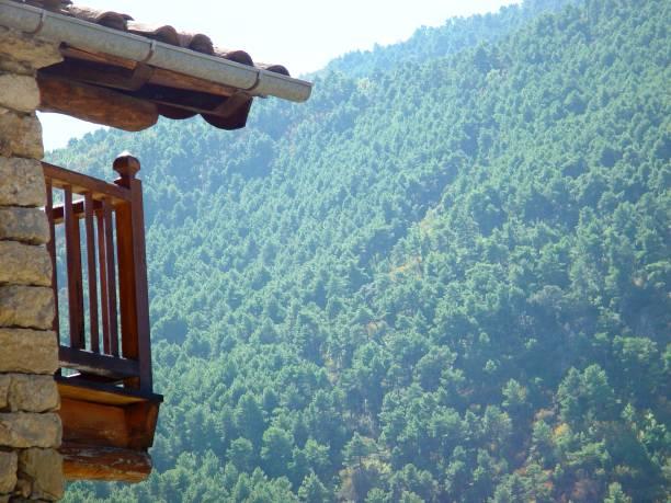 Balcón de madera - foto de stock