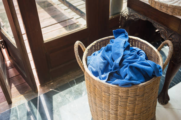 Holz-Korb für gebrauchte Handtücher nach dem Schwimmen. – Foto