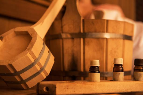 Holzbad-Accessoires mit aromatischer Ölflasche zum Baden – Foto