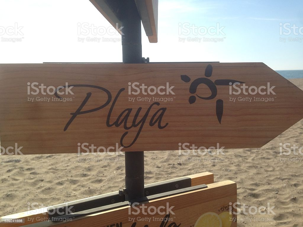 Cartel de madera en la playa foto de stock libre de derechos