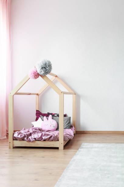 holzbett im kinderzimmer - do it yourself hochbett stock-fotos und bilder
