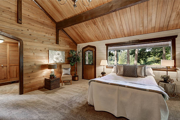wooden bedroom interior with high beamed ceiling - cottage schlafzimmer stock-fotos und bilder