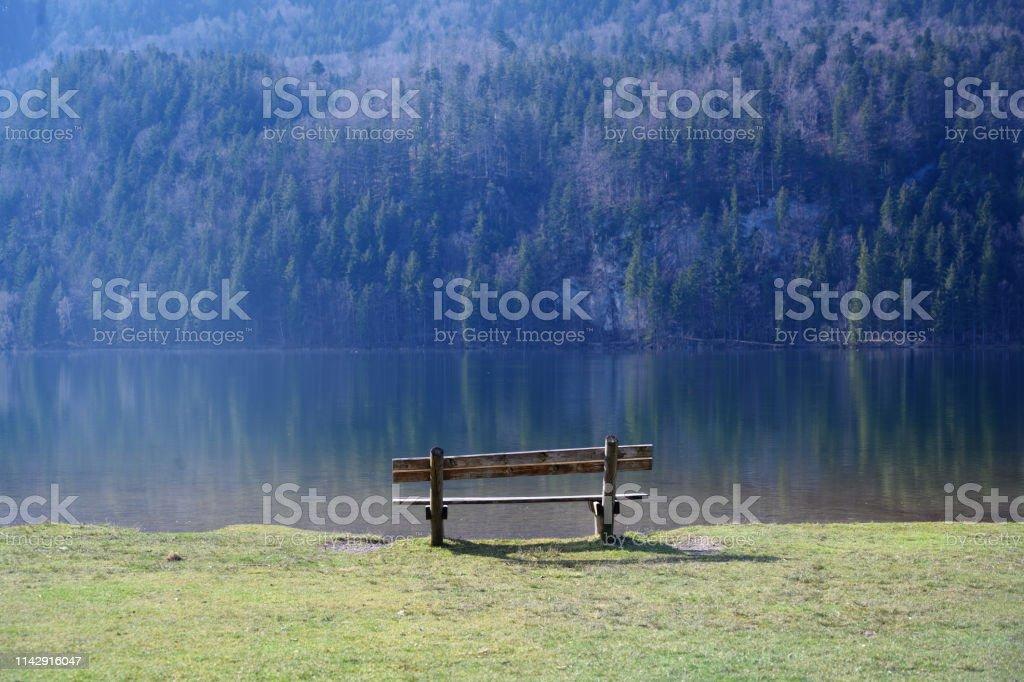 Holzbank an einem Bergsee im Morgenlicht, Kopierplatz - Lizenzfrei Bayern Stock-Foto