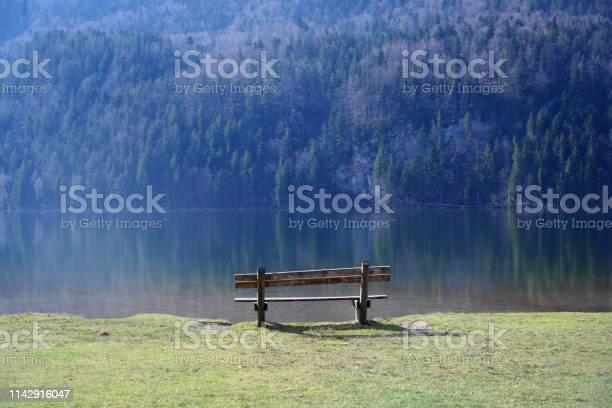 Holzbank An Einem Bergsee Im Morgenlicht Kopierplatz Stockfoto und mehr Bilder von Bayern