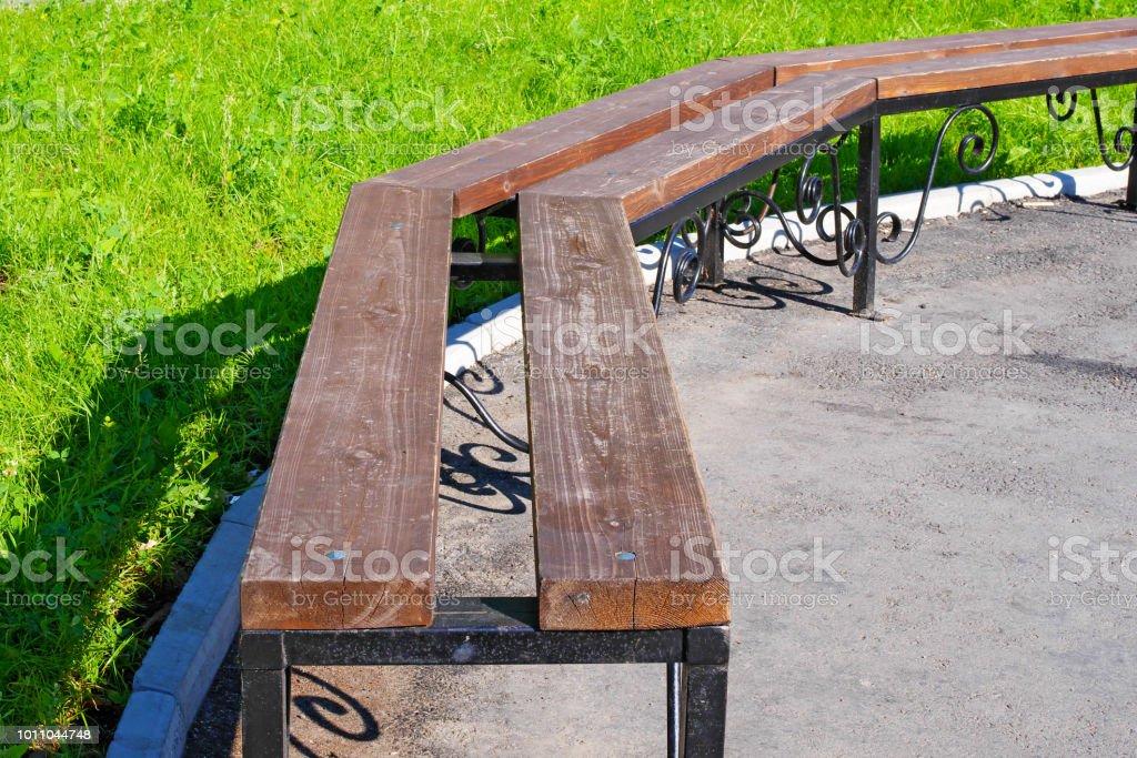 Banco de madera en el parque de la ciudad - foto de stock