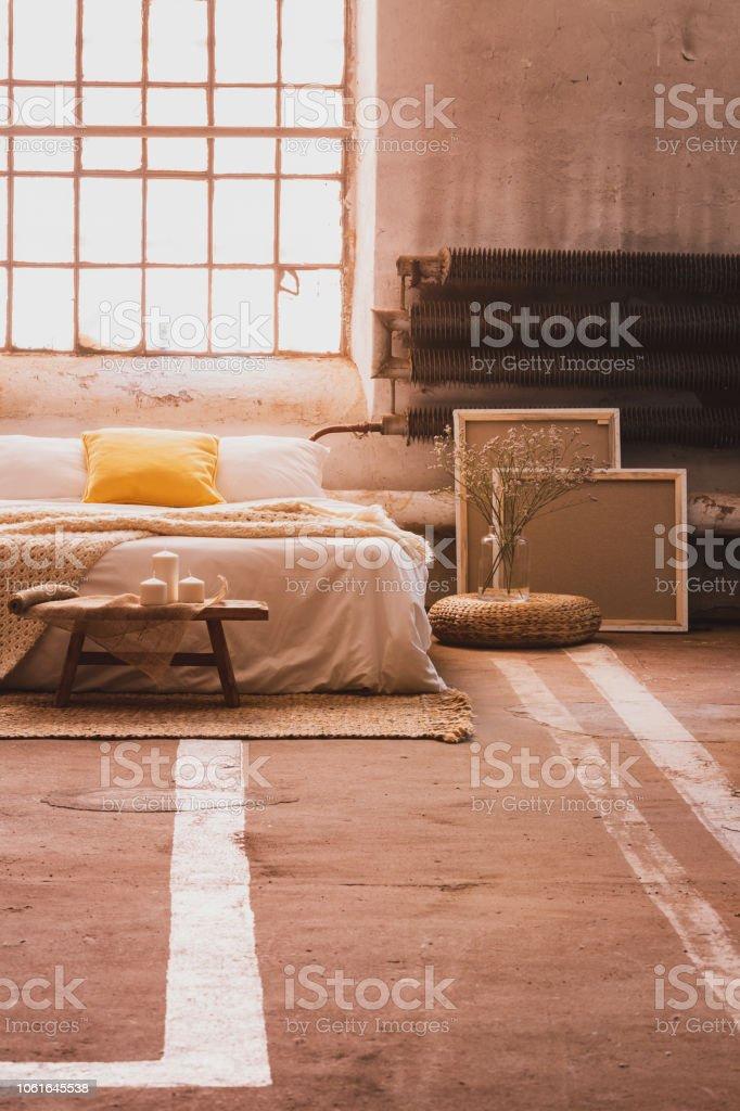 Holzbank Vor Bett Mit Kissen Im Schlafzimmer Innenraum Mit Fenster Und Teppich Echtes Foto Stockfoto Und Mehr Bilder Von Asiatisch Istock