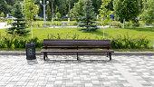 都市公園の木製ベンチ