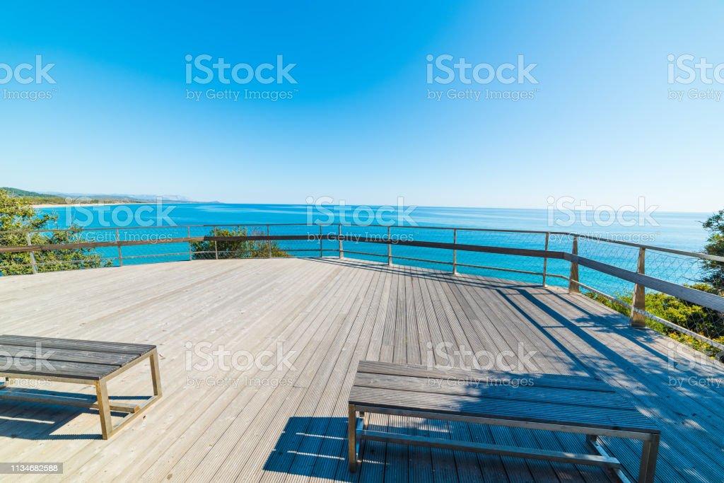 Banco De Madera En Una Terraza Panorámica Junto Al Mar En La
