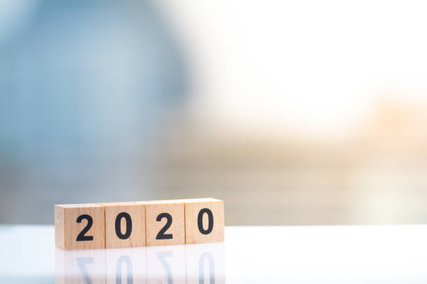 Bloque de madera número del año 2020 en el fondo del paisaje urbano con el espacio de copia. - foto de stock
