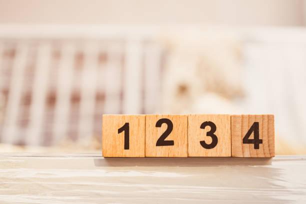 wooden block nummer eins zwei drei vier - mathematik 3. klasse stock-fotos und bilder
