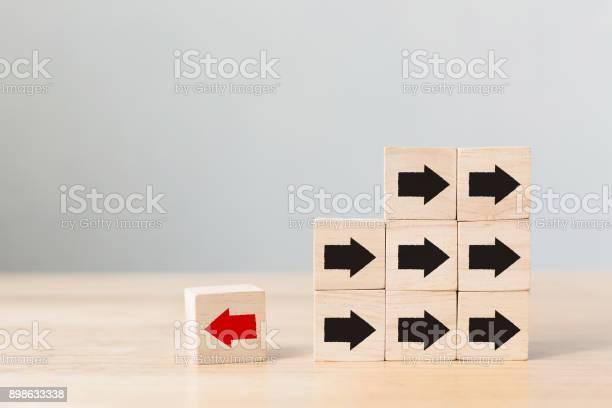 Holzblock Mit Roter Pfeil Mit Blick Auf Die Entgegengesetzte Richtung Schwarze Pfeile Einzigartig Denken Anders Individuell Und Aus Der Massekonzept Stockfoto und mehr Bilder von Abstrakt