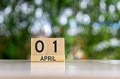 木製のブロック カレンダーと日付 01 4 月エイプリルフール