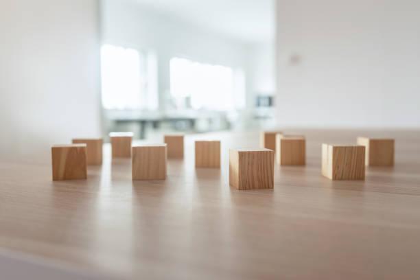 Holzklötze auf Schreibtisch – Foto