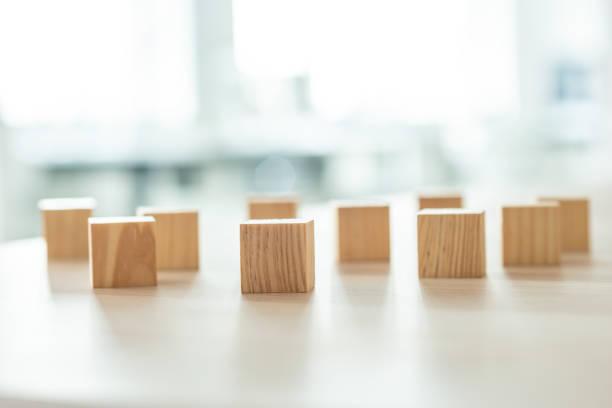 Hölzerne Blöcke nach dem Zufallsprinzip auf Schreibtisch platziert – Foto