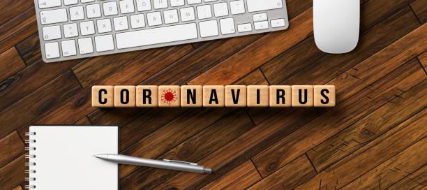 Holzblöcke mit Text CORONAVIRUS und Virensymbol – Foto