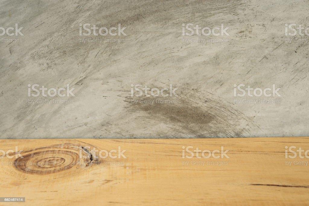Tablero de madera vacío delante de fondo concreto foto de stock libre de derechos