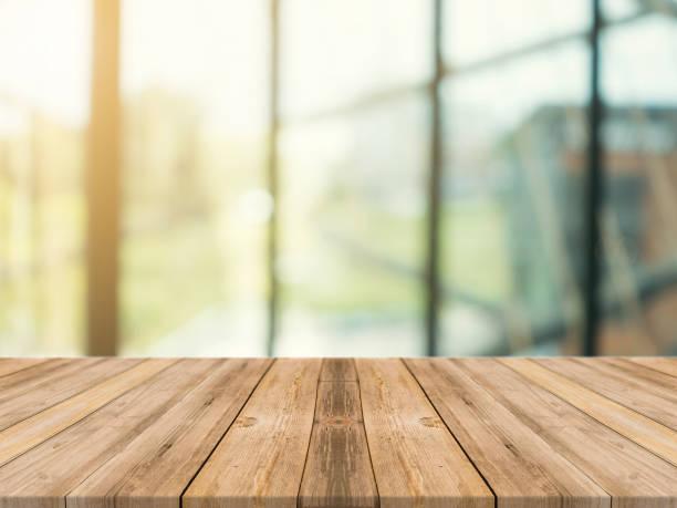 Holzbrett leere Tischplatte auf der Hintergrund jedoch unscharf. Perspektive braun Holztisch über im Café Hintergrund - Unschärfe einsetzbar mock für Montage Produkte anzeigen oder wichtige visuelle Layout zu entwerfen. – Foto