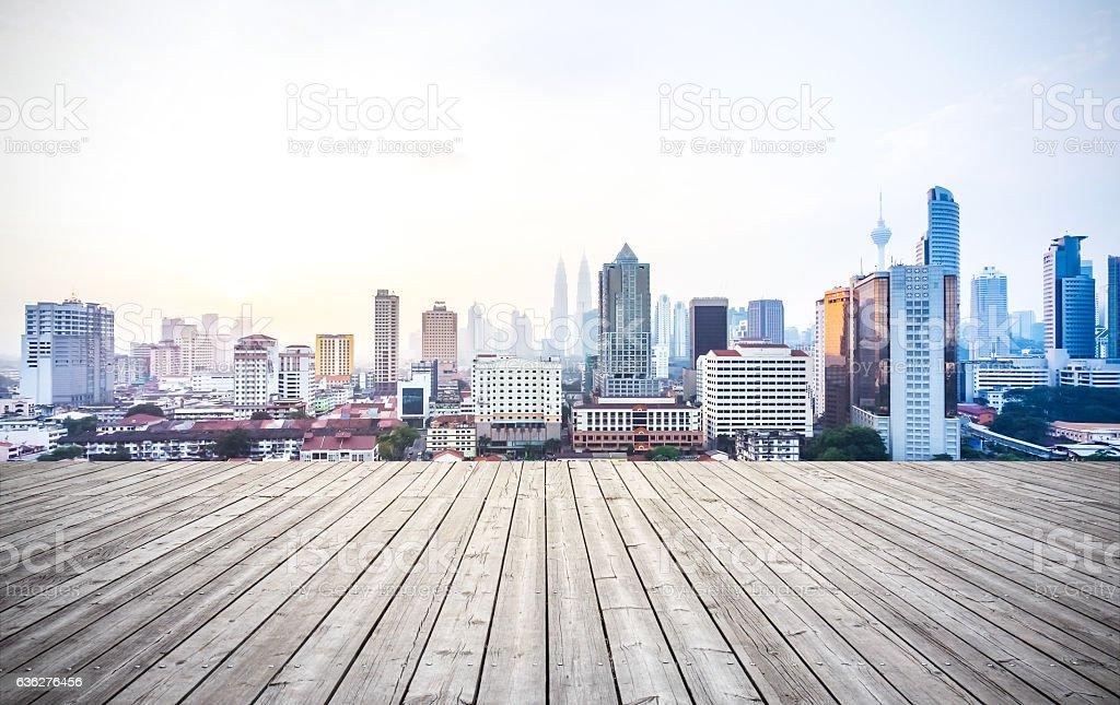Wooden board with metropolis – Foto