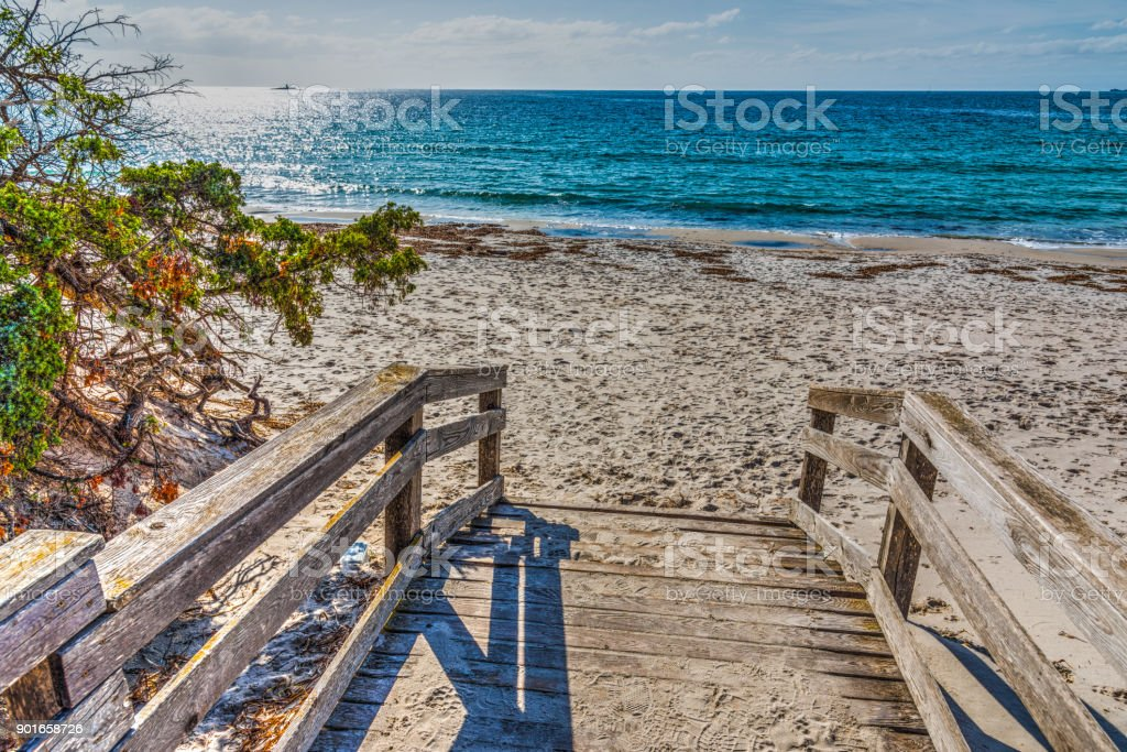 Paseo marítimo de madera junto al mar en Alghero - foto de stock