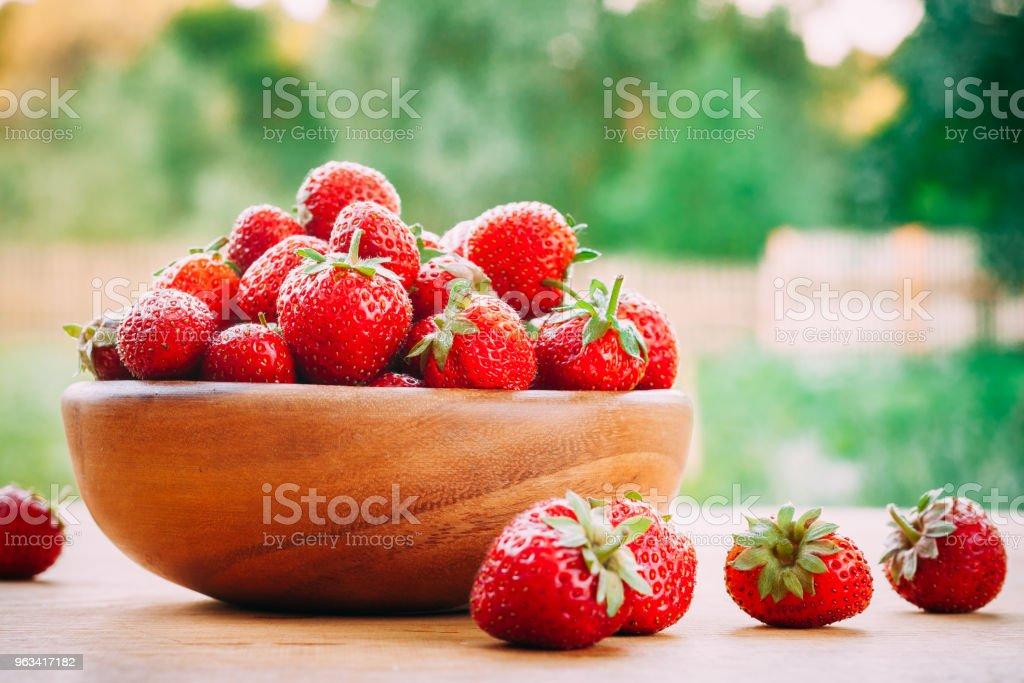 Wooden Bowl Filled With Fresh Ripe Red Strawberries On Wooden Table - Zbiór zdjęć royalty-free (Bez ludzi)