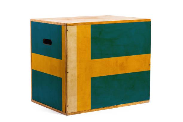 Ulusal bayrak ile çeşitli mal ve kargo güvenilir sevkiyat için ahşap bir kutu stok fotoğrafı