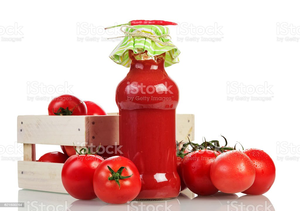 Wooden box with tomatoes, juice bottle and red pepper isolated. Lizenzfreies stock-foto