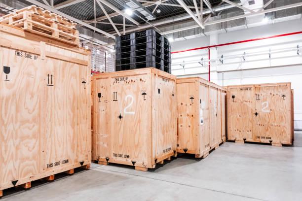holzkisten im lager. kisten aus holz zum verpacken von industriemaschinen. lagerhaltung. verpackung von fertigprodukten der anlage. verkauf von verpackungsmaterialien. - holzkiste stock-fotos und bilder