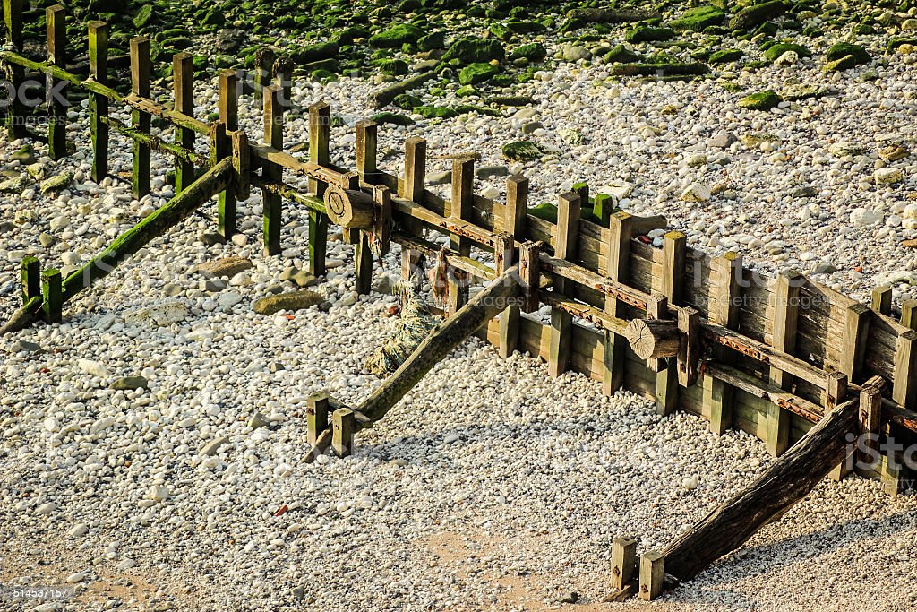 Hölzerne Breakwater Groynes in pebble beach – Foto