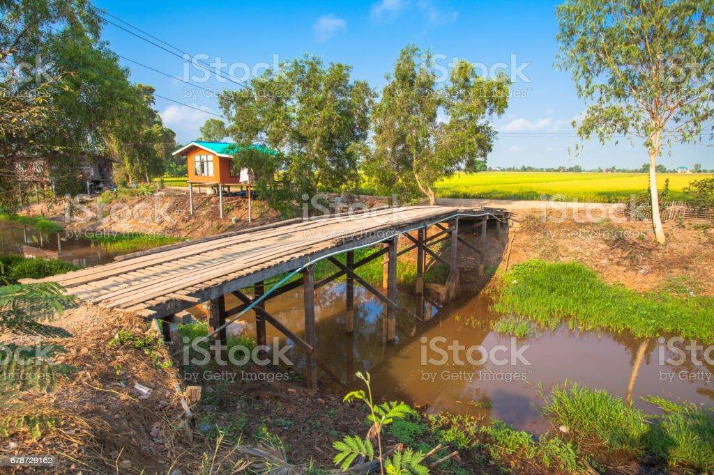 pont en bois sur canal photo libre de droits