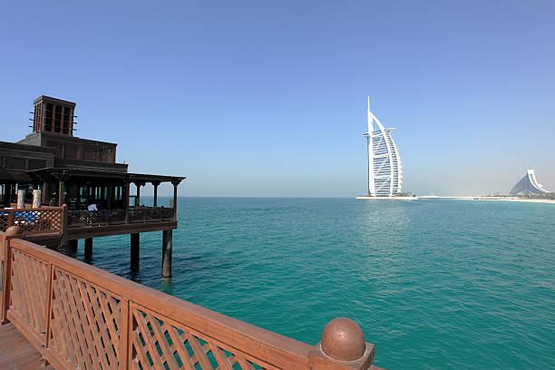 hölzerne brücke über wasser jumeirah und burj al arab resort - jumeirah stock-fotos und bilder
